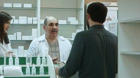 Farmaceuta i klient konflikt i próbujemy rozwiązywać problem przy apteką Zdjęcie Royalty Free