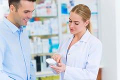 Farmaceuta i klient przy apteką zdjęcie royalty free