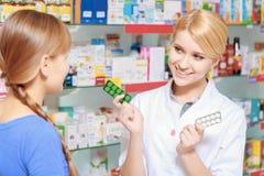 Farmaceuta i klient wybiera medycynę zdjęcia royalty free