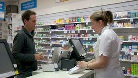 Farmaceuta oddaje zakup klient zdjęcie wideo