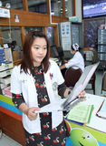 Farmaceuta patrzeje pacjenta profilu mapę Fotografia Royalty Free