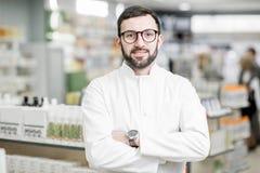 Farmaceuta portret w apteka sklepie obraz stock
