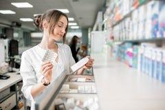 Farmaceuta pracuje w apteka sklepie Zdjęcia Stock