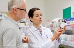 Farmaceuta seansu lek starszy mężczyzna przy apteką Fotografia Stock