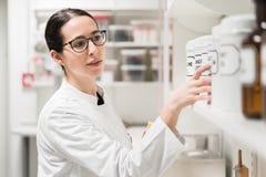 Farmaceuta sprawdza chemiczną farmaceutyczną substancję fotografia royalty free