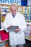 Farmaceuta używa cyfrową pastylkę fotografia royalty free