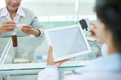 Farmaceuta używa czytnika kart obraz stock