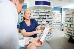Farmaceuta Wyjaśnia szczegóły produkt klient fotografia royalty free