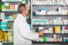 Farmaceuta z Cyfrowej pastylką obraz royalty free