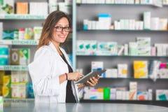Farmaceuta z Cyfrowej pastylką zdjęcia royalty free