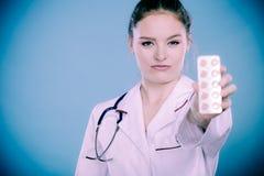 Farmaceuta z pigułki lekarstwem Obraz Royalty Free