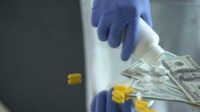 Farmaceuta zrzutu pastylki na dolarach, farmaceutyczny biznes, drodzy leki zbiory wideo
