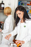 Farmaceutische arts met het hulp werken Royalty-vrije Stock Fotografie