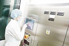 Farmaceutische fabrieksarbeider Stock Foto's
