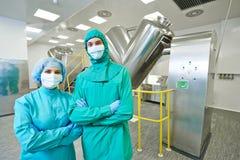 Farmaceutische fabrieksarbeiders Stock Foto's