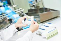 Farmaceutische industriële fabrieksarbeider royalty-vrije stock foto's