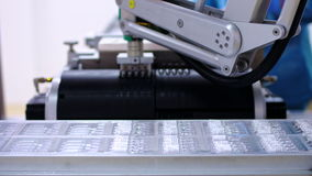 Farmaceutische Industrie Geautomatiseerde productielijn bij farmaceutische installatie stock footage