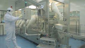 Farmaceutische Industrie Mannelijke fabrieksarbeider het inspecteren kwaliteit van pillen die in farmaceutische fabriek verpakken royalty-vrije stock foto