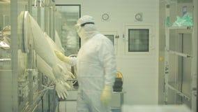 Farmaceutische Industrie Mannelijke fabrieksarbeider het inspecteren kwaliteit van pillen die in farmaceutische fabriek verpakken stock video