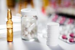 Farmaceutische medicijn en geneeskundepillen in pakken Stock Foto's