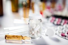 Farmaceutische medicijn en geneeskundepillen in pakken Stock Fotografie