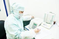 Farmaceutische onderzoeker die met digitale schalen in laboratorium werken Stock Foto