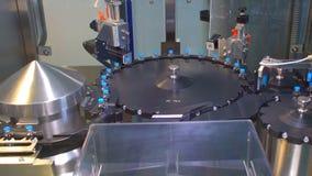 Farmaceutische productielijn bij fabriek Farmaceutische kwaliteitscontrole stock footage