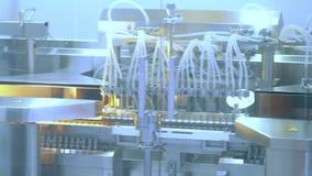 Farmaceutische productiemachine bij fabriek Drugs die lijn vervaardigen stock footage