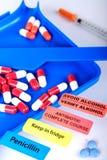 Farmaceutische tabletteller met verschillende berichtstickers stock fotografie