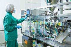 farmaceutisk arbetare för fabrik Royaltyfria Bilder