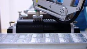 Farmaceutisk bransch Automatiserad produktionslinje på den farmaceutiska växten arkivfilmer