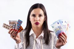 Farmaceutisk bransch förgiftar den ilskna unga kvinnan för preventivpillervitaminer fotografering för bildbyråer
