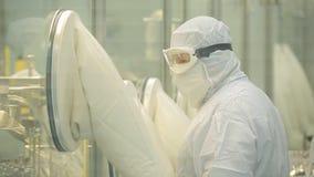 Farmaceutisk bransch Manlig fabriksarbetare som kontrollerar kvalitet av preventivpillerar som förpackar i farmaceutisk fabrik au Royaltyfri Bild