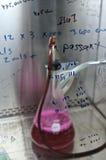 Farmaceutisk provning i en forskningdunsthuv Royaltyfri Bild