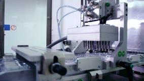 Farmaceutisk tillverkningslinje Farmaceutisk förpackande linje lager videofilmer