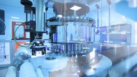 Farmaceutisk tillverkningslinje Medicinska små medicinflaskor på produktionslinjen stock video