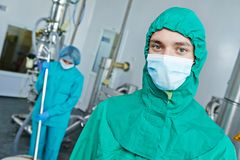 Farmaceutiska fabriksarbetare Arkivbilder