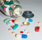 Farmaceutiska piller över tabellen arkivbild