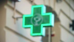 Farmaceutiskt kors för Defocused Iluminated gräsplan stock video