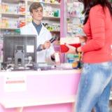 Farmaceuty givind kredytowa karta klient Fotografia Stock