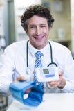 Farmaceuty mienia ciśnienia krwi monitor w aptece Zdjęcia Royalty Free