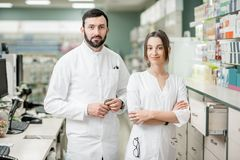 Farmaceuty pracuje w apteka sklepie zdjęcia stock