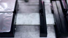 Farmaceutyczna pakuje linia Pakujący medyczni produkty na konwejeru pasku zdjęcie wideo
