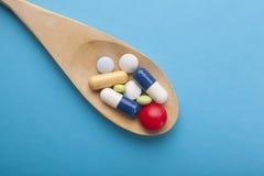 Farmaceutyczne medycyn pigułki, pastylki i kapsuły na drewnianym sp, Obraz Stock