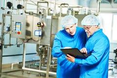 Farmaceutyczni męscy pracownicy w wodnej przygotowanie linii produkcyjnej Obraz Royalty Free