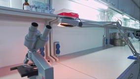 Farmaceutyczny laborancki pracujący miejsce Pusty chemiczny lab zbiory wideo