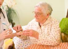 Farmaci per un'anziana Immagini Stock