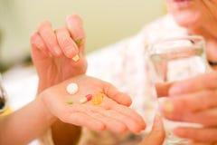 Farmaci per un'anziana Fotografia Stock