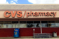 Farmacia de CVS con la máquina y los carros de la compra del agua del glaciar Foto de archivo libre de regalías