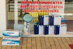 farmacia Escaparate que hace publicidad de Viagra Fotografía de archivo